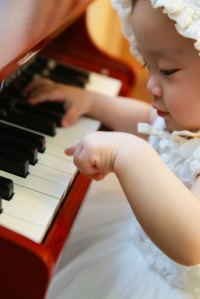 piano player baby